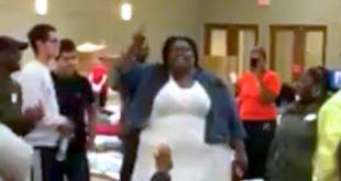 Harvey-Opfer werden in Notunterkünften besungen
