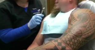 Zahnarzthelferin erfreut die Patienten mit Dubsmash