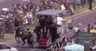 Papst hilft stürzender Reiterin