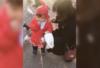 Kleinkind stiehlt einer Taube das Brot zurück